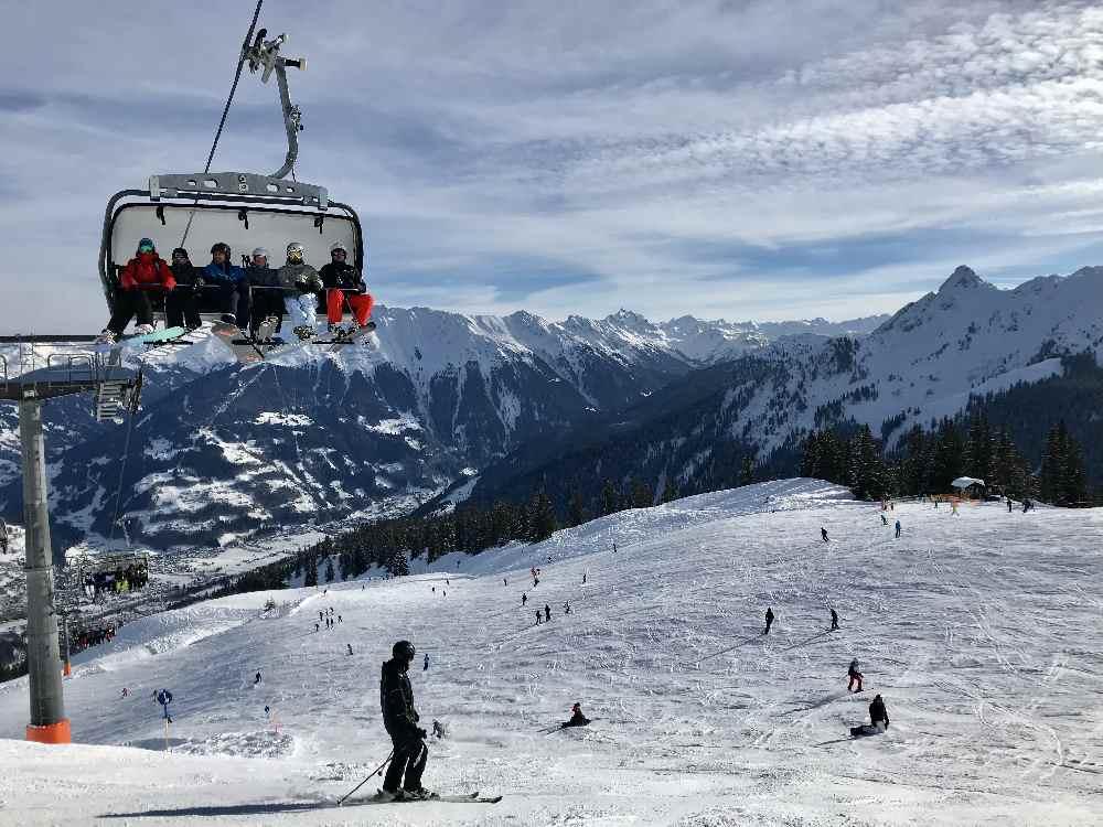 Sonnige und breite Pisten im Golm Skigebiet - so geht das Skifahren im Montafon