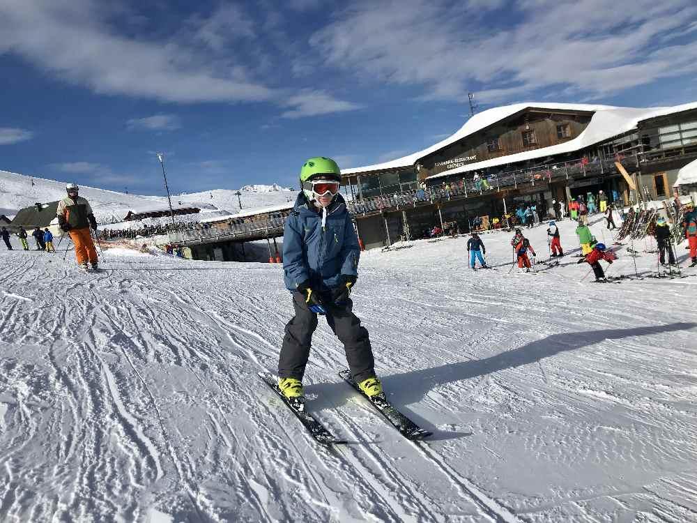 Golm Skigebiet: Von der Bergstation geht´s auf der Skipiste in der Sonne talwärts