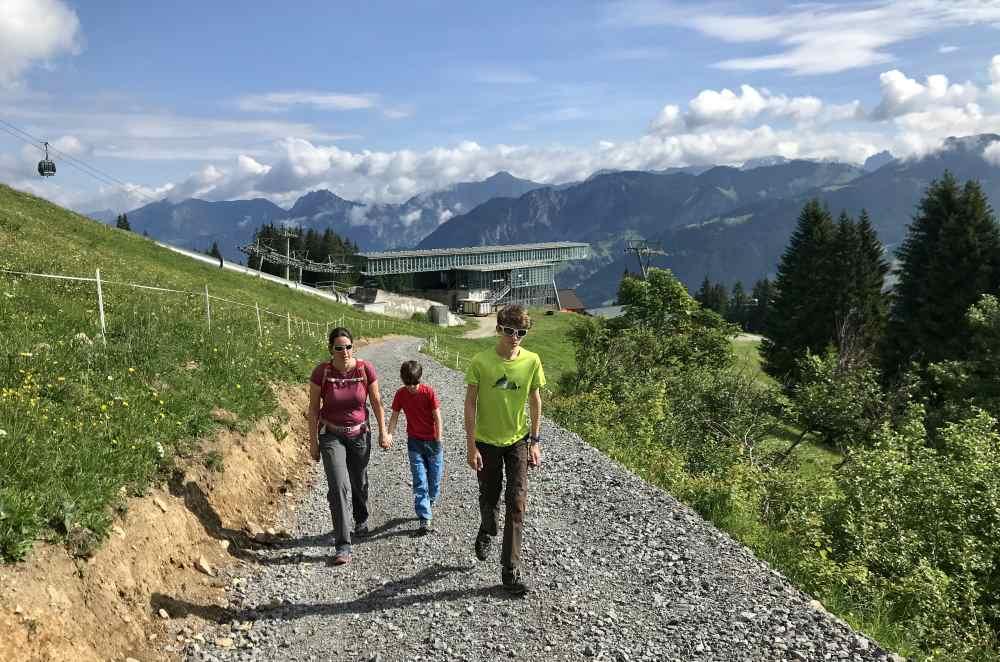 Wir starten in Matschwitz auf Golmi´s Forschungspfad bergwärts - normalerweise fährt man ganz hinauf und geht hinunter.