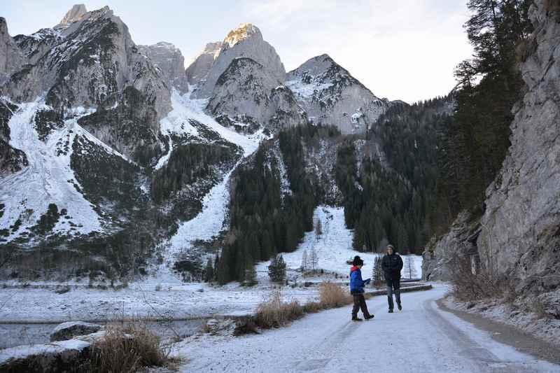 Am Gosausee winterwandern mit Blick auf die Donnerkogel des Gosaukamm