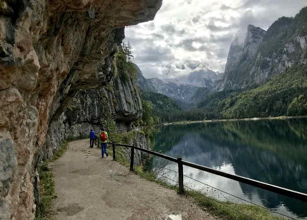 Der Wanderweg am linken Ufer des Gosausee führt durch diesen Felsenüberhang