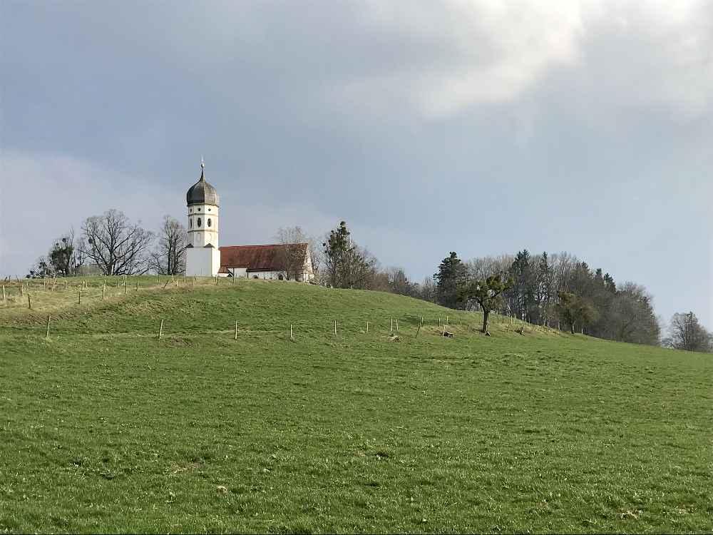 Hier bei dieser schönen Kirche in Holzhausen startet die Gourmetwanderung