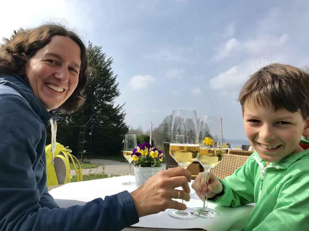 Erster Stopp der Gourmetwanderung: Auf einen Aperitiv im Schlossgut Oberambach