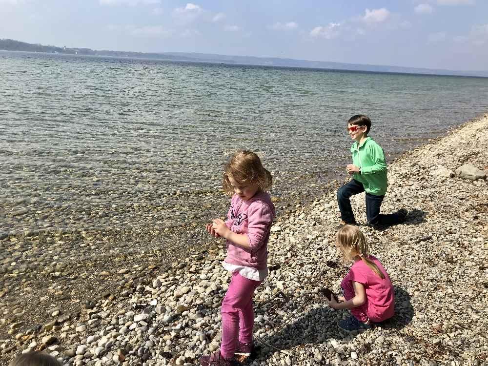 Zeit für eine Pause am See: Steine sammeln und ins Wasser werfen - das lieben alle Kinder!
