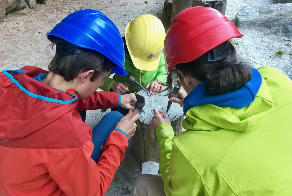 Auf den Holzstempfen schlagen wir die kleinen Granatsteine vorsichtig heraus