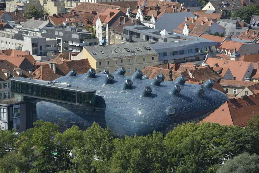 Zwischen den vielen historischen Gebäuden gibt es in Graz auch Design - Architektur