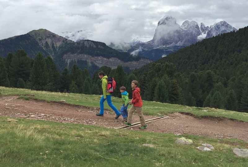 Am Grödner Höhenweg wandern mit Kindern in Südtirol - hinten der Langkofel