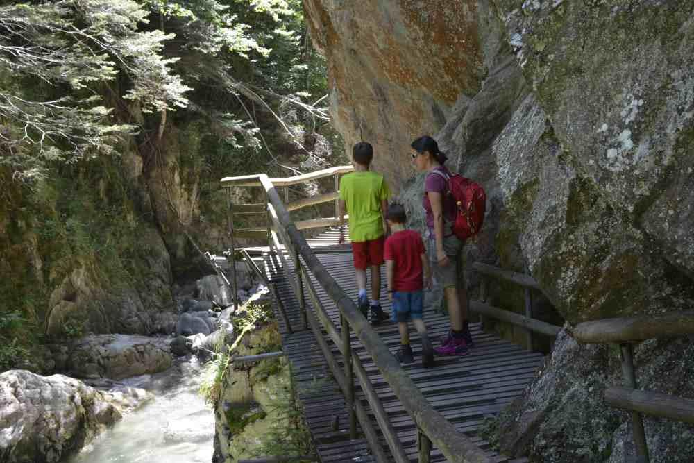 Klamm Kärnten: An den Felsen durch die beeindruckende Groppensteinschlucht wandern mit den Kindern