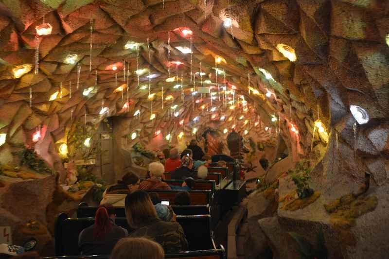 In der beleuchteten Grottenbahn - de Ausflugsziel für Kleinkinder und Erstklässler