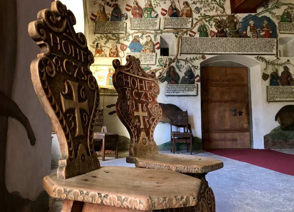 Diese historischen Stühle haben mich im Habsburger Saal fasziniert - das ist das Besondere auf Tratzberg: Das viele historische Mobiliar.