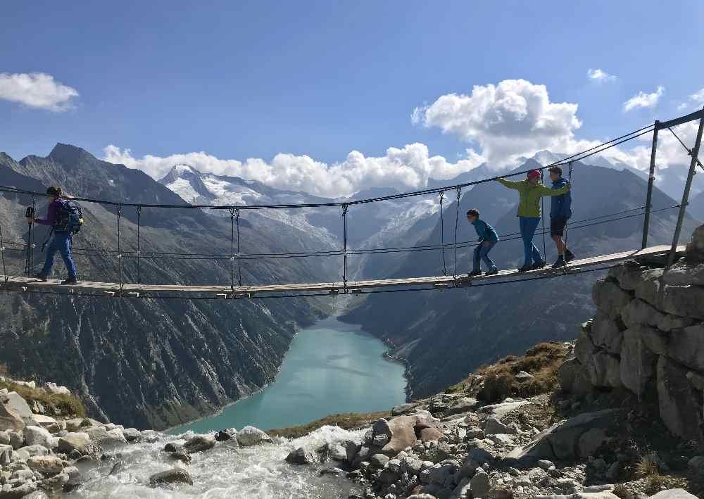 Wanderurlaub mit Kindern in Österreich - Das Bild der Bilder: Auf der Hängebrücke bei der Olperer Hütte in den Zillertaler Alpen