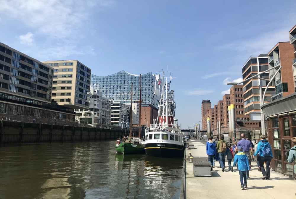 Speicherstadt Führung Hamburg mit Kindern: Auf dem Rückweg von der Speicherstadt geht unsere Führung auch noch durch die Hafencity Hamburg