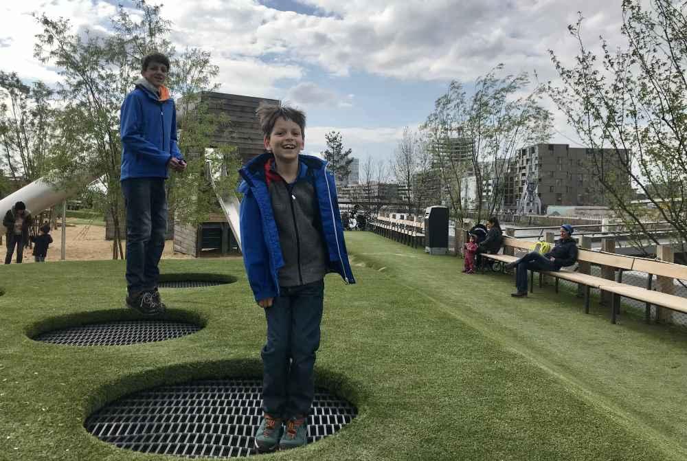 Ein toller Spielplatz in Hamburg mit Trampolin - und Blick auf die Hafencity