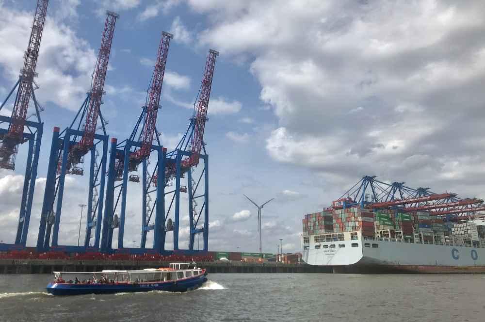 Bei der Hafenrundfahrt sind wir richtig nah zu den riesigen Containerschiffen und den Kränen gekommen, sehr beeindruckend
