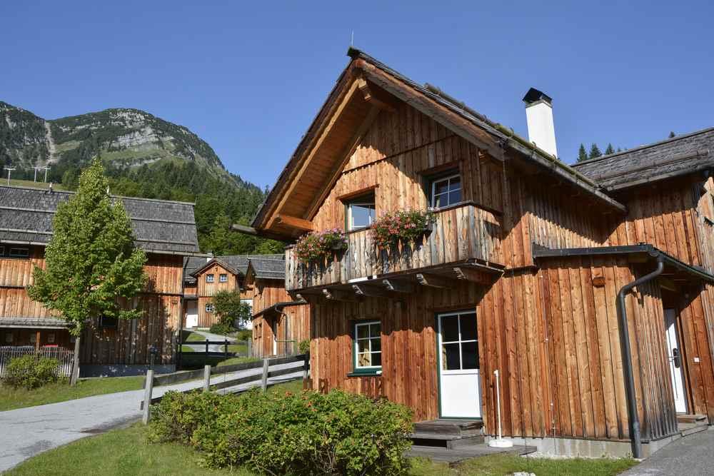 Die Holzhütten der Hagan Lodge in Altaussee - alle Hütten haben den gleichen Stil und ergeben ein eigenes Hüttendorf