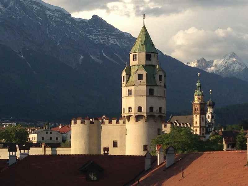 Im großen Turm der Burg Hasegg ist die Münze - du kannst hinauf mit Kindern