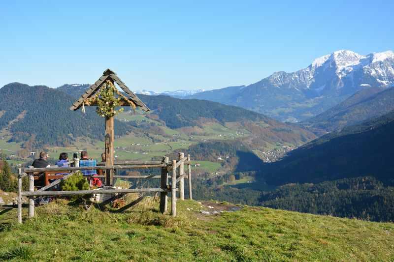Auf der Halsalm in Berchtesgaden Pause machen und die Aussicht geniessen