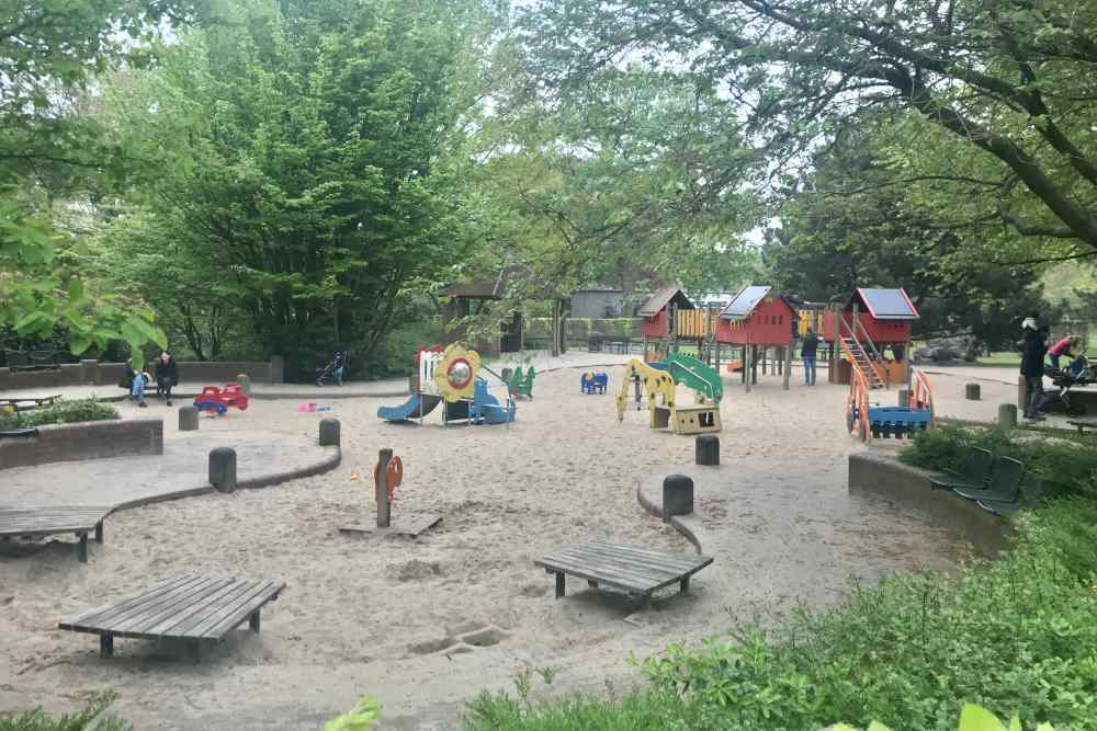 Innen im Park gibt es einen Spielplatz für Kleinkinder - ein Teil vom Spielplatz Planten un Blomen