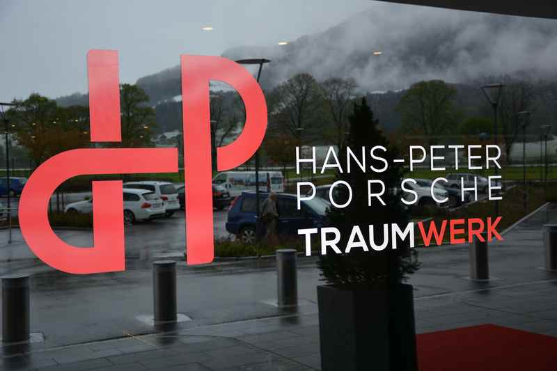 Der Eingang in das Hans-Peter Porsche Traumwerk in Anger