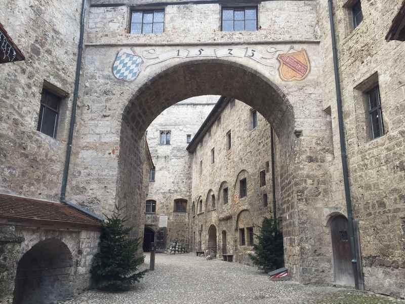 Durch das Tor gehen wir hinein in die Hauptburg in Burghausen