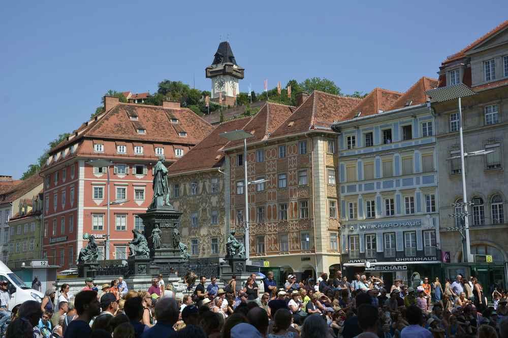 Auf dem Hauptplatz von Graz mit Kindern - der bekannte Blick hinauf zum Uhrturm