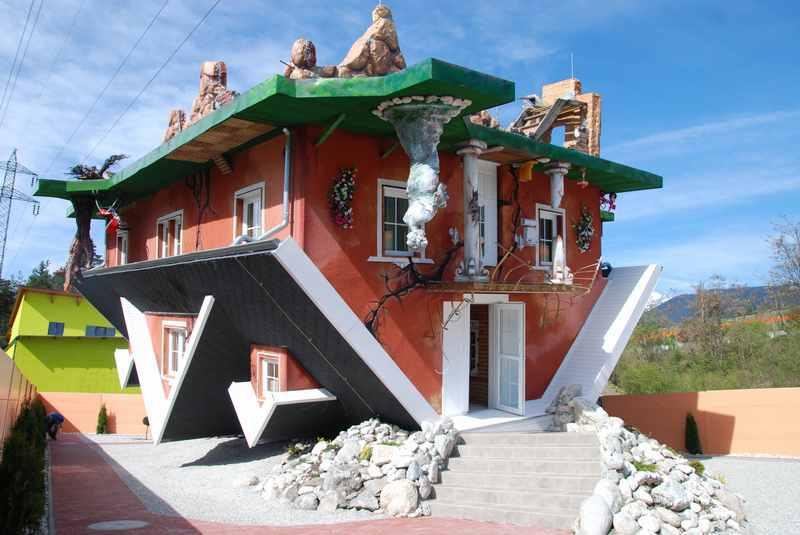 Nebeneinander: Haus steht Kopf und Dinoland