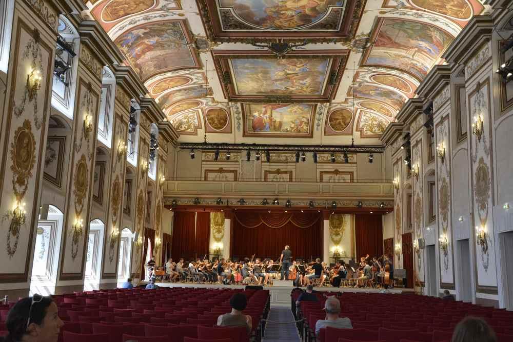 Gehört zum Schloss: Wir sitzen im Haydnsaal in Eisenstadt und lauschen der Musik des Orchesters