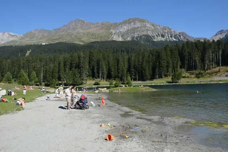 Am Heidsee mit Kindern in Lenzerheide - Baden am Heidsee samt Sandstrand zum Spielen