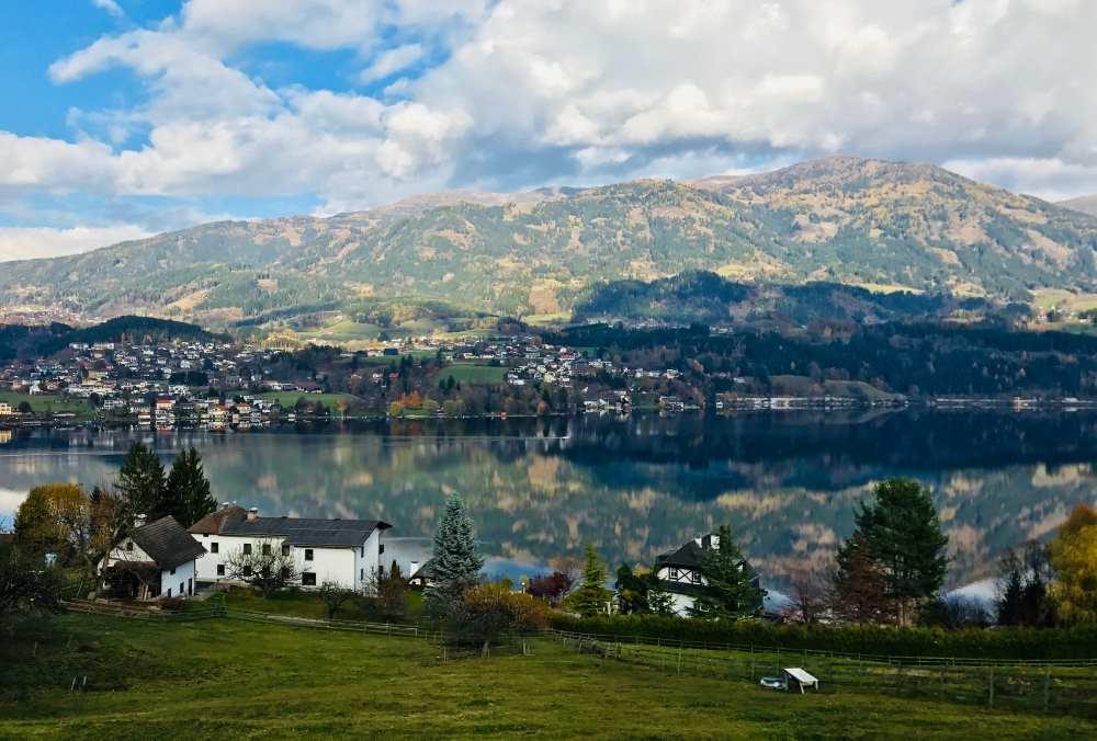 Vom Südufer schauen wir über den herbstlichen Millstätter See und auf die Millstätter Alpe