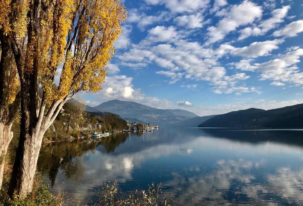 Millstätter See Radweg:  Mit diesem sonnigen Panorama kurz vor Millstatt beenden wir unsere tolle Tour im Herbst