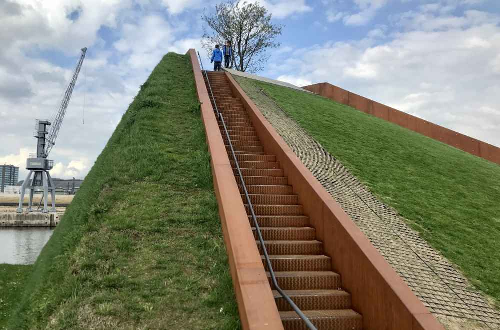 Der kurze Aufstieg auf den Himmelberg im Baakenpark Hamburg