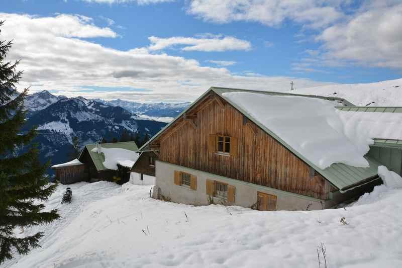 Hirschalpe Oberjoch Rodeln:  Das ist die Hirschalpe in den Allgäuer Alpen - das Ziel unserer heutigen Rodeltour in Bayern