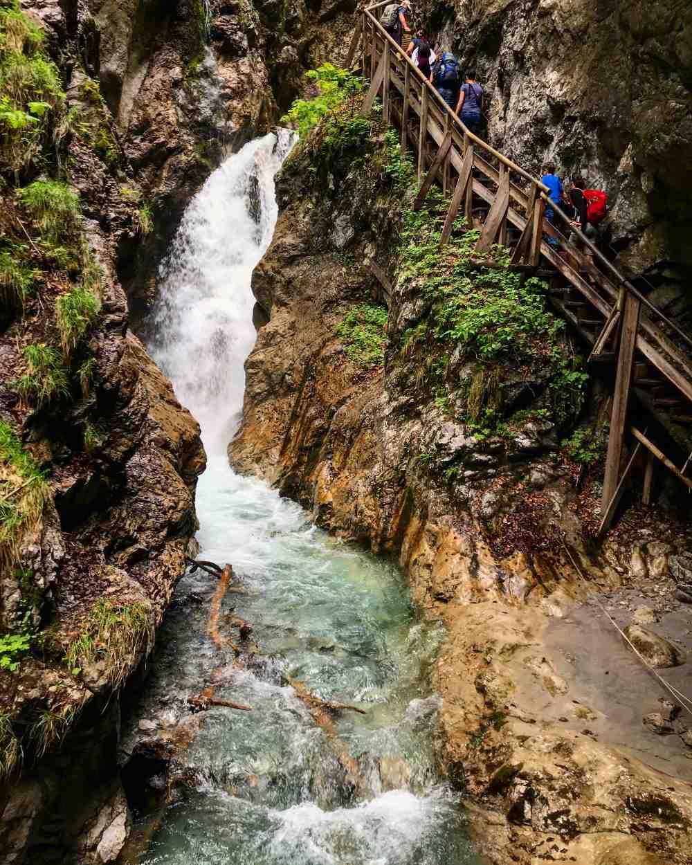 Das sind unsere Hitze-Ausflugsziele in Tirol mit Kindern - hier die Klammwanderung mit dem kalten Bergwasser