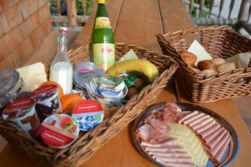 Zum Frühstück gibt es einen Korb mit Semmeln, Wurst, Käse und Joghurt...