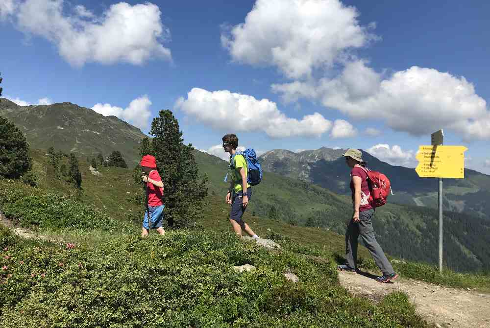 Der Blick hinüber in Richtung Kellerjoch und Spieljoch in den Tuxer Alpen