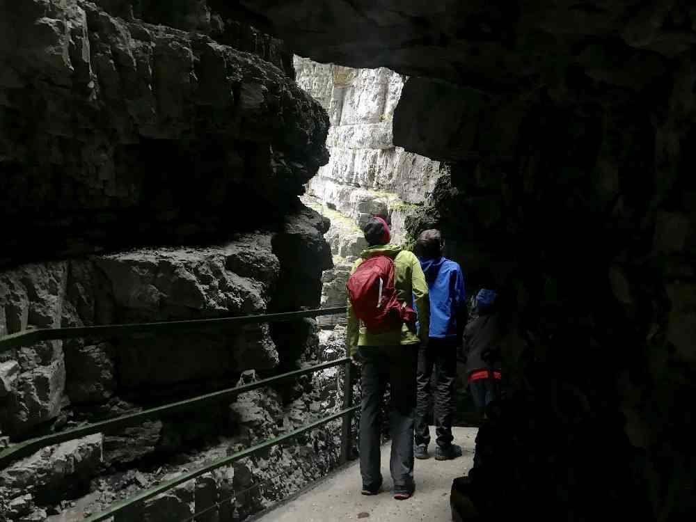 Klamm oder Höhle? So eng stehen die Felswände hier beieinander