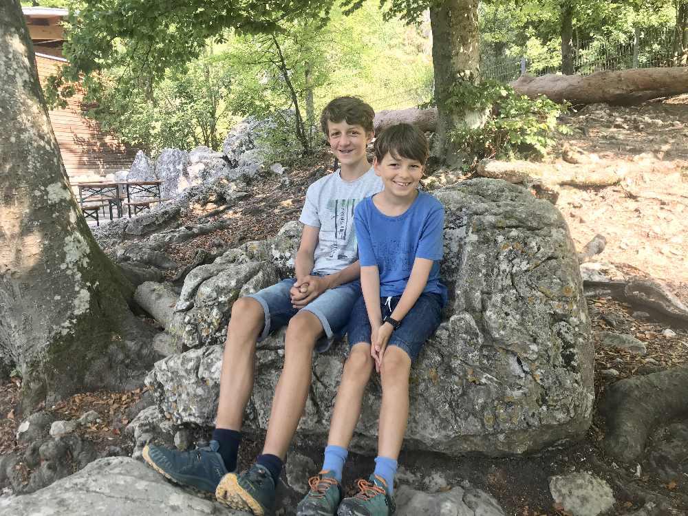 Kurze Pause nach unserem Höhlenbesuch auf den Felsen vor´m Schulerloch