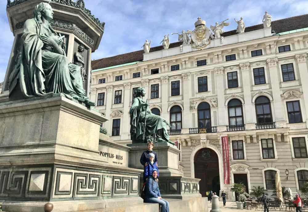 Hofburg Wien: Monumental - der Eingang in die Wiener Hofburg. Was erwartet uns innen?