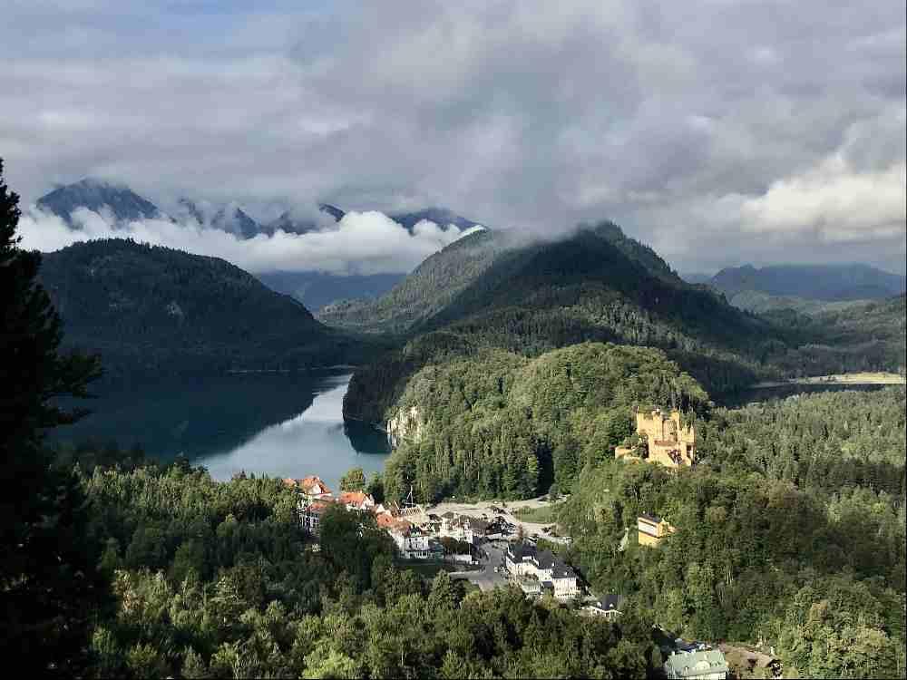 Das ist Blick auf dem Weg zum Schloss Neuschwanstein über das Schloss Hohenschwangau mit dem Alpsee und dem Schwansee
