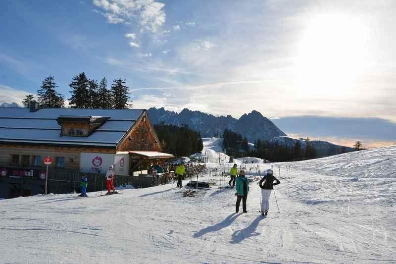 Winterwandern Gosau: Bei der Gosau Skihütte am Hornspitz geht es los zum Winterwandern im Salzkammergut