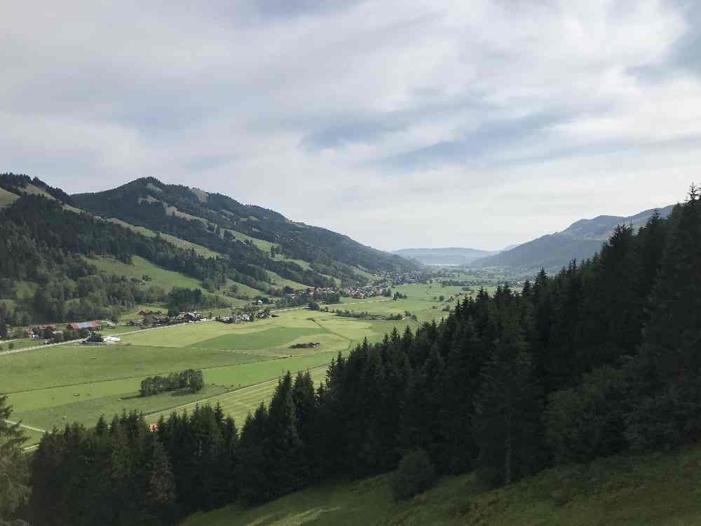 Die Aussicht schweift durch das Tal in Richtung Immenstadt, bis zum großen Alpsee