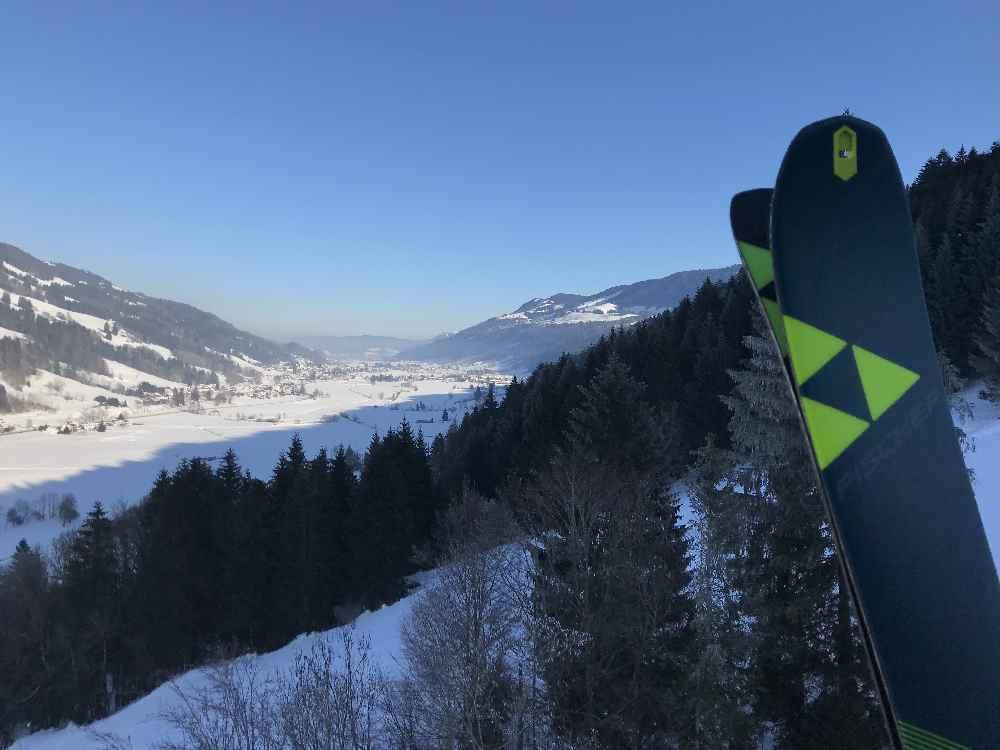 Das ist bei der Auffahrt die Aussicht auf das verschneite Tal im Allgäu - hinten der Alpsee