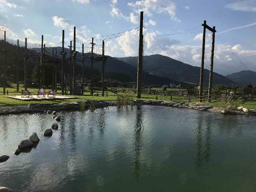 Und gleich hinter dem Badeteich ist der Hochseilgarten im Almdorf Almlust im Salzburger Land
