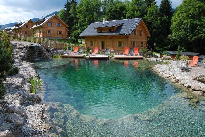 Ein Hüttendorf mit Badeteich in Österreich - das Hüttendorf Schladming