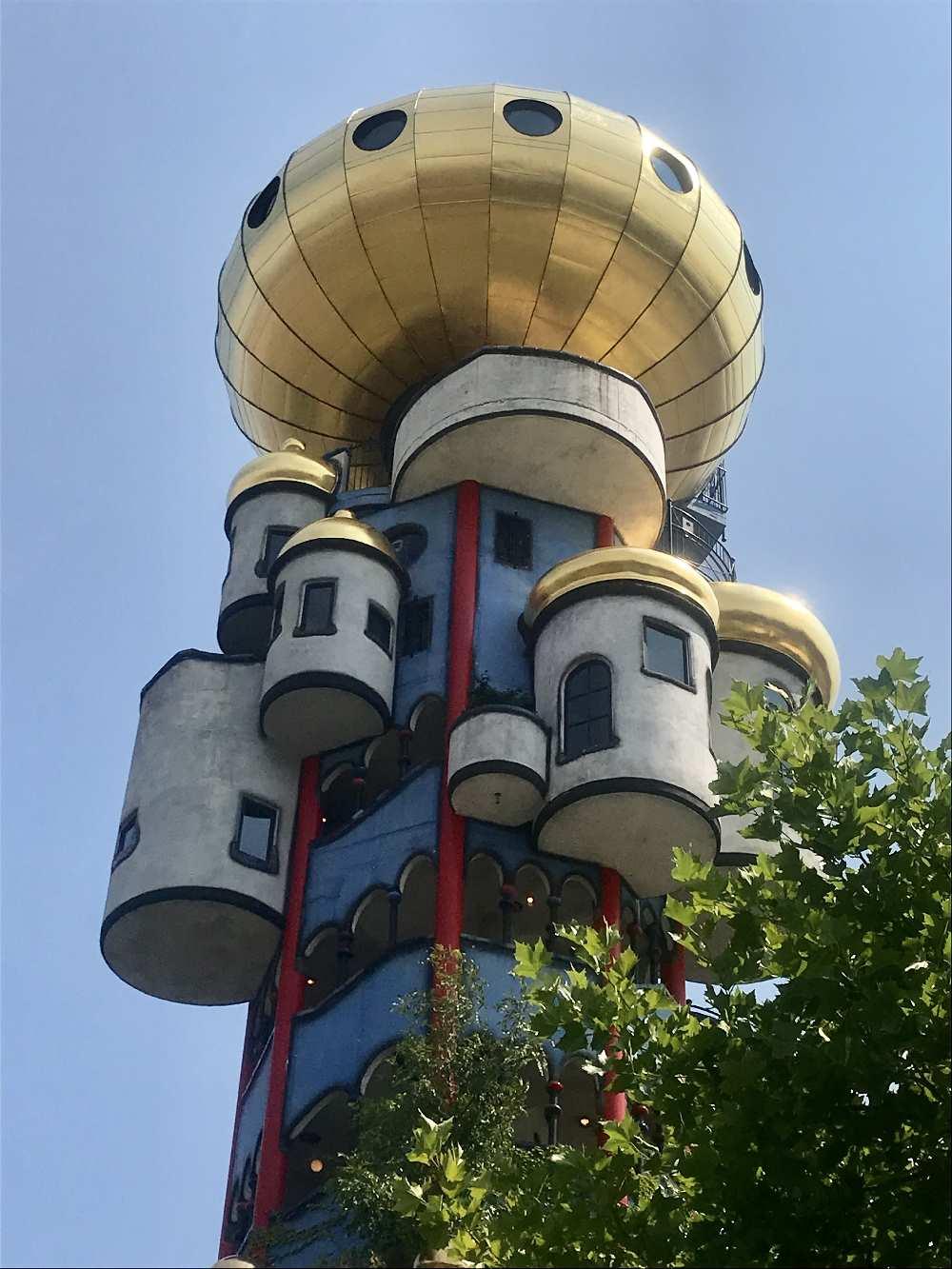 Das faszinierende Ausflugsziel in Bayern: Der Kuchlbauer Turm von Hunderwasser wird zusammen mit der Brauerei besichtigt