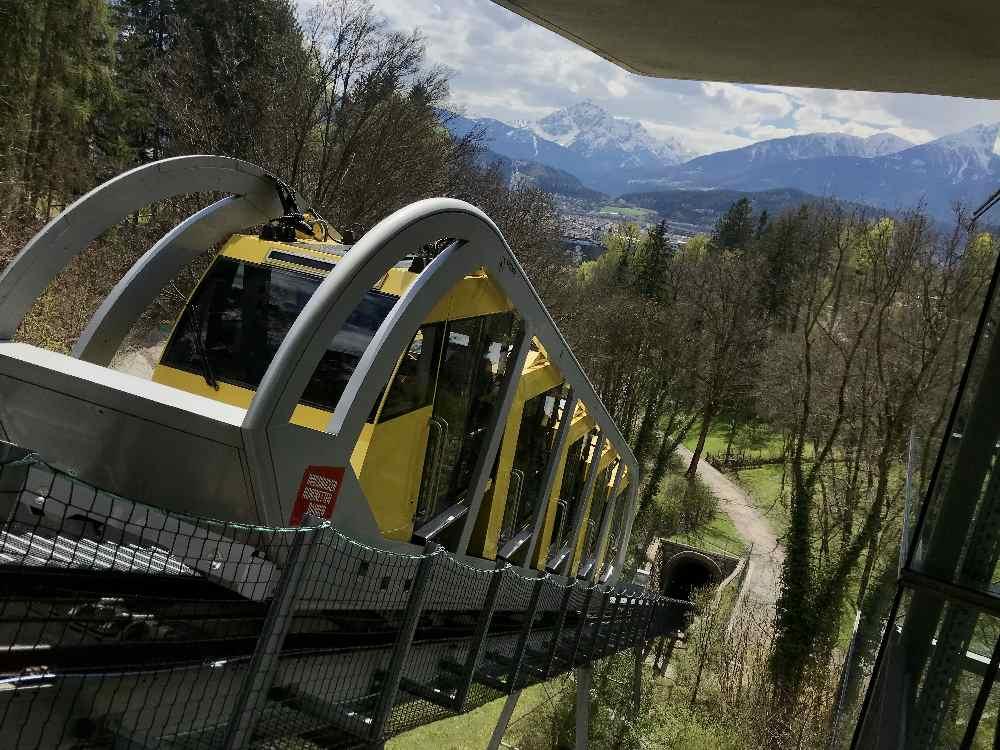 Mit der Hungerburgbahn kommst du samt Kinderwagen direkt zum aussichtsreichen Spielplatz