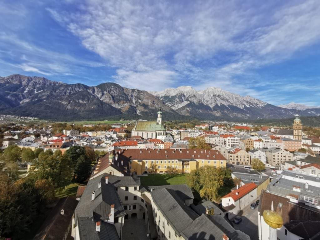 Das ist Ausblick aus dem Turm der Münze über die Stadt und das Karwendel