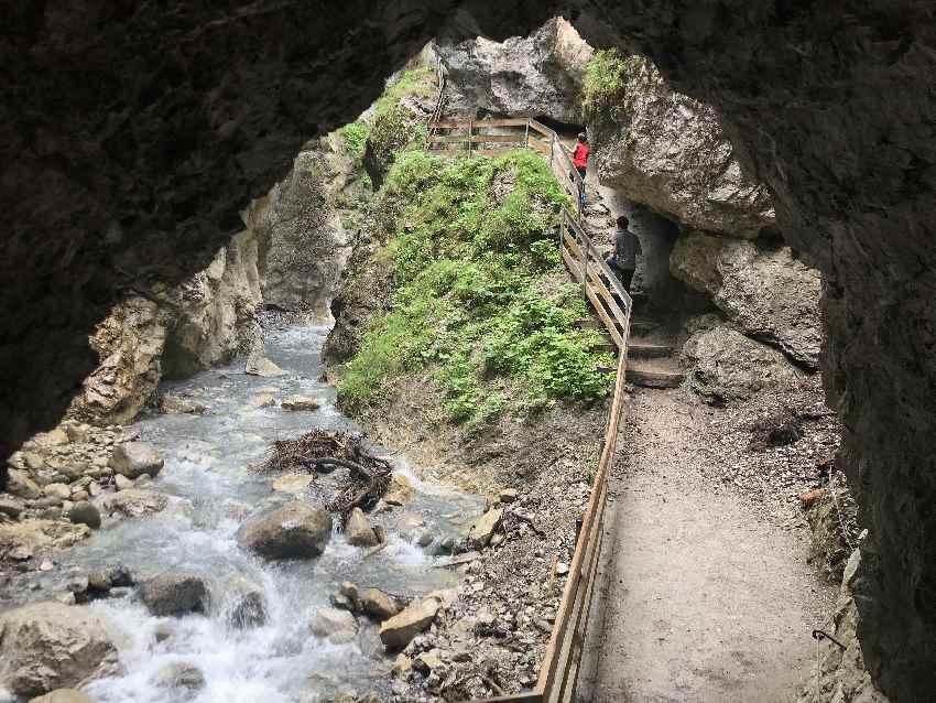 Die Imst Schlucht hat sogar zwei Tunnel! Du wanderst durch die Felsen - kurzweilig zum Wandern mit Kindern!