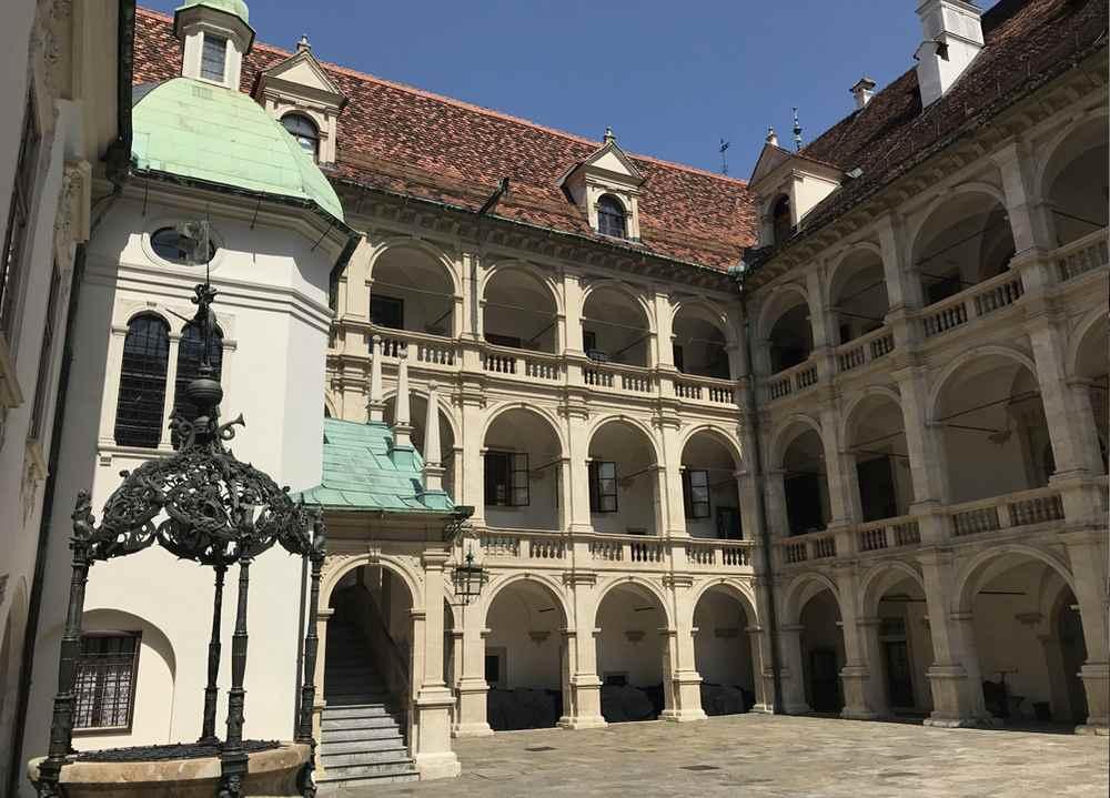 Die vielen Torbögen im Innenhof des Landhauses Graz