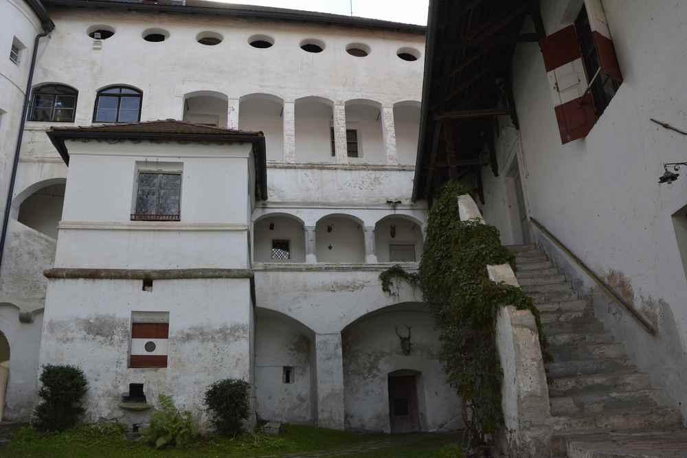 Das ist der Innenhof von Schloss Rodenegg